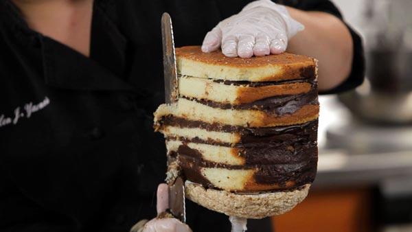 کیک مجسمهای - مجسمه سازی با فوندانت - مجسمه سازی با کیک - باست کیک - آموزش مجسمه سازی با کیک - مرحله دوم - ایجاد ساختار کیک - پیکرتراشی کیک